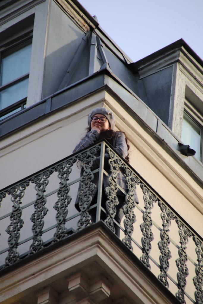 balcon de l'hôtel les dames du panthéon avec la Veste Aly de SAAJ