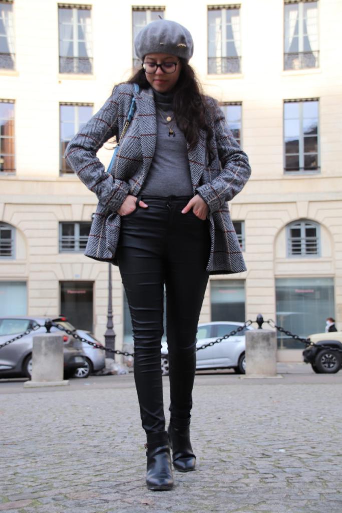 tenue complète avec une veste de blazer SAAJ, un béret et un pantalon en simili cuir C&A.
