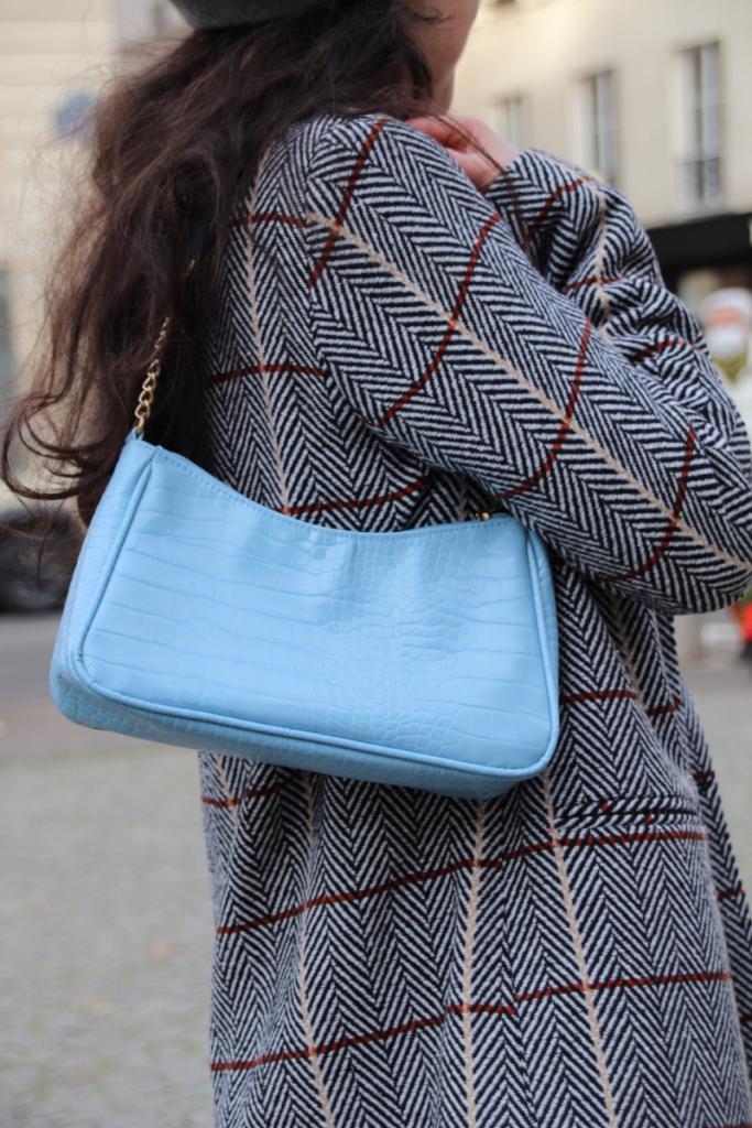 focus sur le sac baguette bleu ciel C&A