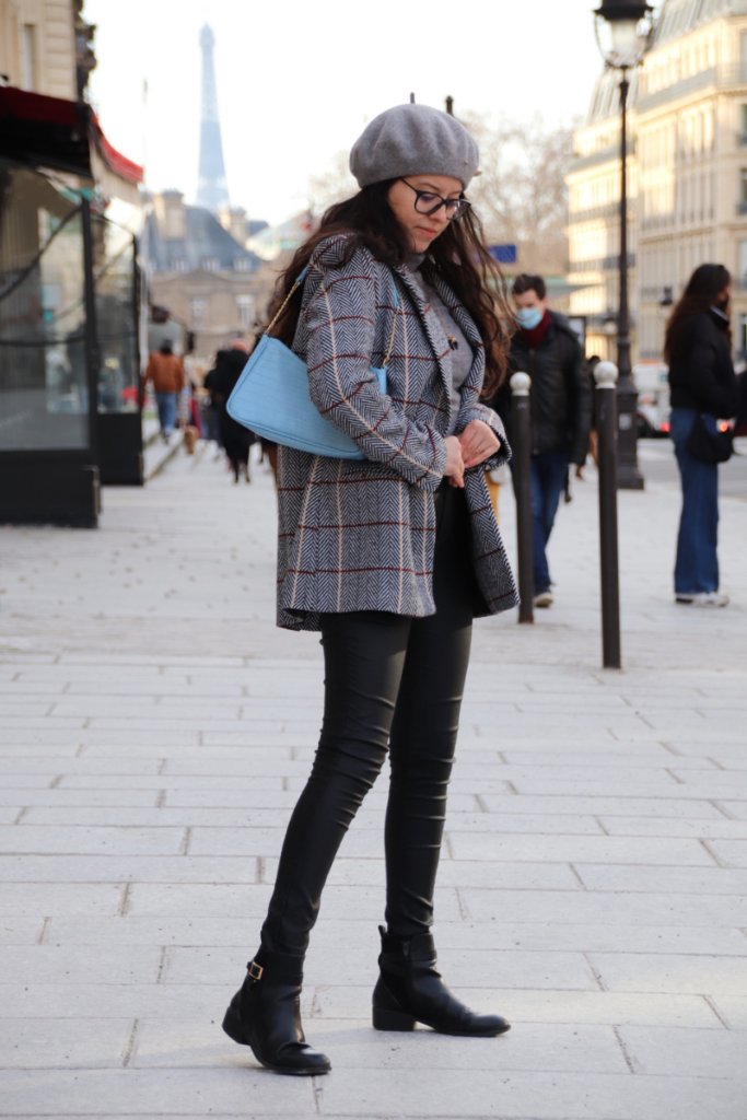 Tenue au complet avec un sac baguette C&A, un blazer SAAJ et un pantalon en simili cuir C&A dans les rues de paris