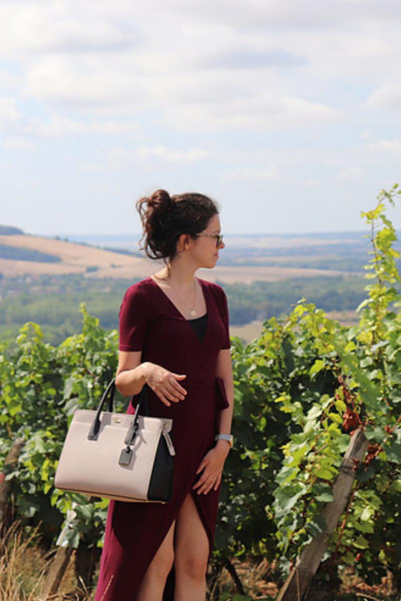 Élégante dans les champs de vignes